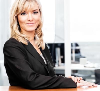 Katja Hofem zeigt Ellenbogen