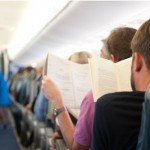Zeitunglesen im Flugzeug400