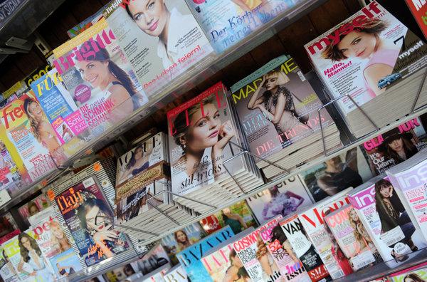 Frauen-Zeitschriften im Kioskregal