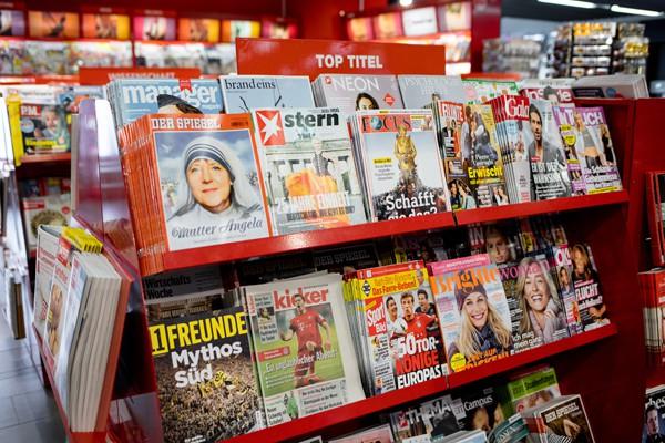 Zeitschriften Regal Toptitel FRA 600 (Foto Ian Ehm)