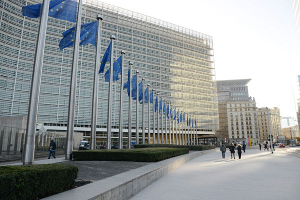 Europafahnen  wehen vor der Europaeische Kommission