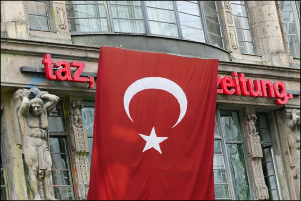 taz mit Türkei Flagge 600