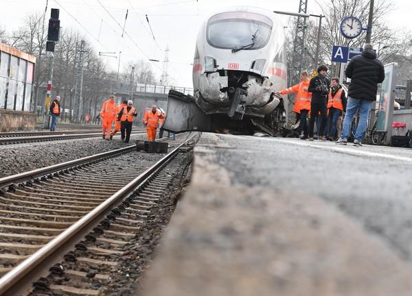 Leerer ICE entgleist in Frankfurt