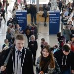 Zahlreiche Besucher kommen am 26.03.2017 zur Buchmesse Leipzig (Sachsen), die mit einem Plakat bereits auf den nächsten Messetermin im März 2018 hinweist. Rund 2400 Aussteller stellten in diesem Jahr ihre Neuheiten aus der Buch- und Verlagsbranche vor.