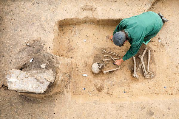 Archäologen entdecken Steinzeit-Gräber mit Grabsteinen